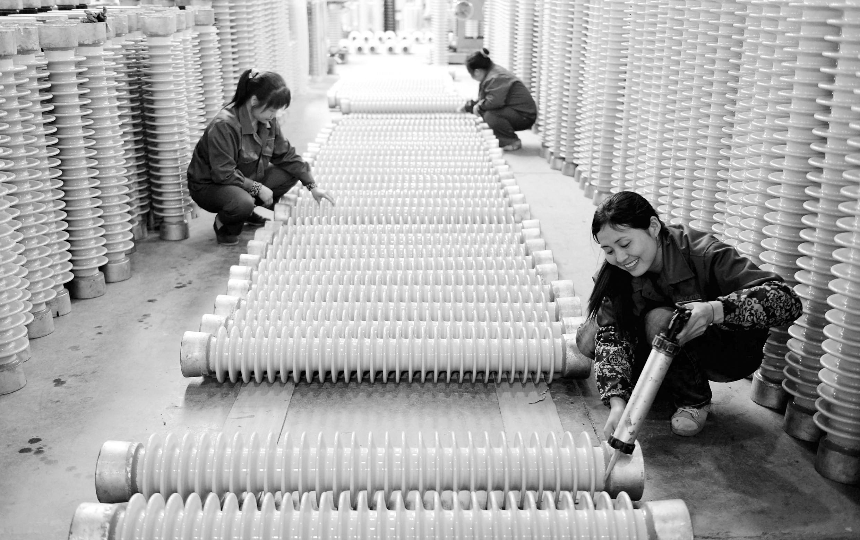 """近年来,国家电瓷产业化基地—江西芦溪县通过资源整合、科技创新、引企引资、延伸产业链,积极引导电瓷产业靠大联强,加快电瓷传统产业升级步伐,促进已有百年历史的电瓷产业朝""""规模型、环保型、科技型、效能型、国际型""""方向发展。目前,芦溪县共有电瓷企业68家,规模企业45家,所生产的40多个系列600多个品种的电瓷产品销往全国各地及南非、中东、东南亚等40多个国家和地区。"""